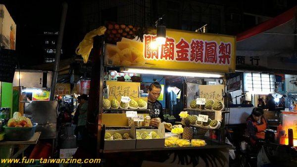 台湾のフルーツ・釈迦頭。 お釈迦様の頭のような形から、その名が付きました。 フルーツは日本へ持って帰れないので、カットしてあるものを買って、食べて帰ってくださいね。
