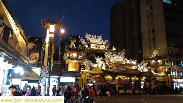 MRT松山新店線松山駅5番出口を右折すると、すぐ松山慈祐宮というお寺が見えます。 そのお寺の横が、饒河街夜市です。