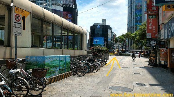 遠東百貨 台北寶慶店 1番出口後ろの、大通りの横断歩道を渡ります。この位置からだと、大きなビルの影に隠れてしまい、遠東百貨が見えません。