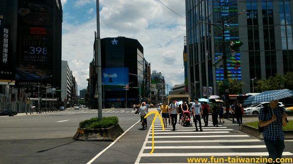 遠東百貨 台北寶慶店 横断歩道を渡った所に、3番出口があります