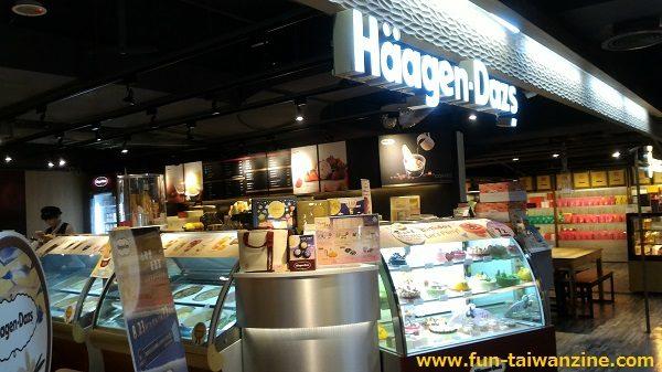 遠東百貨 台北寶慶店 ハーゲンダッツは店内に机と椅子があります