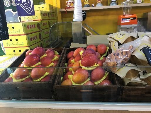 GomanMango 店内では、乾燥マンゴーやマンゴーだけの販売もあります。