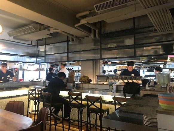 TOASTERiA CAFE オープンキッチンになっており、料理しているところを見ながら食事ができます。