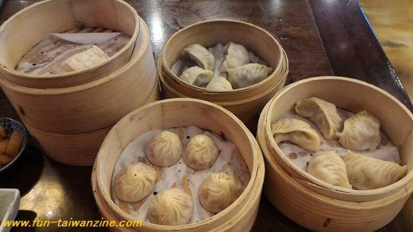 小籠包、餃子、大根餅、せいろの2段目に入ってるのは中華まん