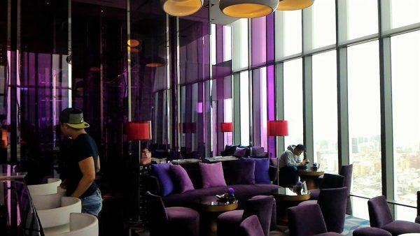 今回は右側の紫艷酒吧へ。