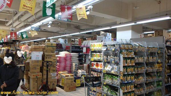地下一階は、食品スーパー。 重慶店は、すでに「外国人観光客がお土産を買う店」として定着しているので、パイナップルケーキなどの台湾名産品が揃っていますよ。