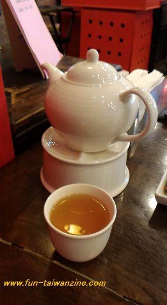 席に着くと、まず「お茶何にする?」と聞かれるので、メニュー内のお茶から好きなものを注文しましょう。 お茶は3種類のコースどのコースでも、同じ種類(5種類)となっています。 お茶と共に前菜も先に運ばれてきます。