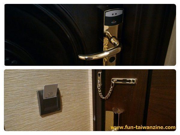 「ロイヤルシーズンズホテル台北」(皇家季節酒店台北館) ドアノブの上のセンサーにカードキーをタッチするとドアが開きます。ドア横にカードキーを挿すと、電気が点きます。