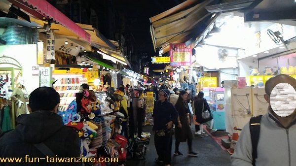 士林夜市 上記地図の⑤のあたり。 大東路は洋服店・雑貨屋などが多く、飲食店は少な目。