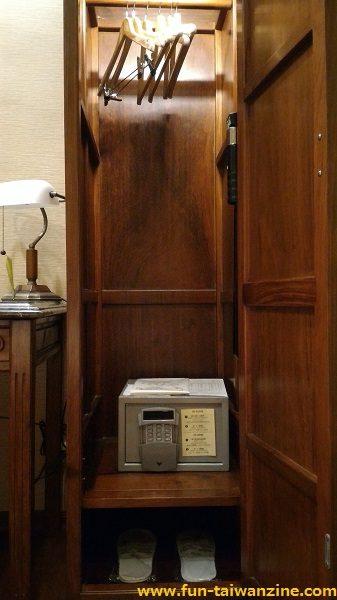 「ロイヤルシーズンズホテル台北」(皇家季節酒店台北館) ハンガー、金庫、使い捨てスリッパがクローゼットの中に。