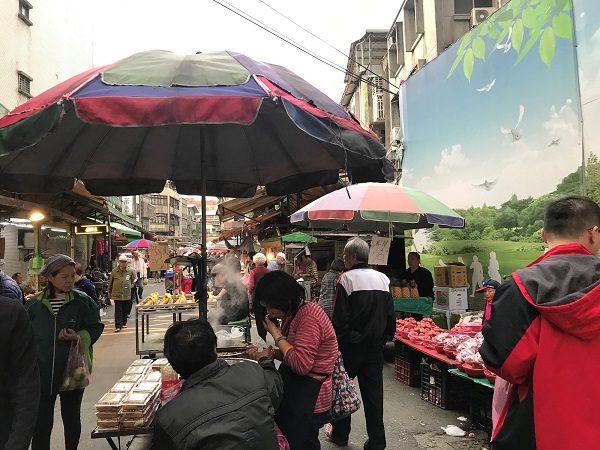 ちなみに、この脇道には市場があります。朝市と夕暮れ市をやっているので、この時間帯に市場をブラブラするのも楽しいです。