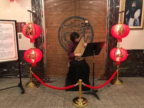 中華圏の伝統楽器・琵琶。 生演奏の音色に癒されましょう。