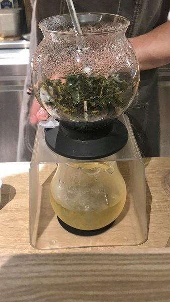 茶敬茶 Tea to tea オーダーを受けてから、その場で淹れてくれます。