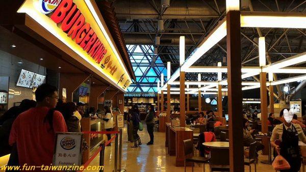 桃園空港第二ターミナル4階のスタバ 出国審査を受けるのは、3階。 出国審査を通過すると、免税店などがずらっと並んでいますね。 エスカレーターに乗り、4階へ。 4階は、スタバがあるフードコートの他、ラウンジがあります。