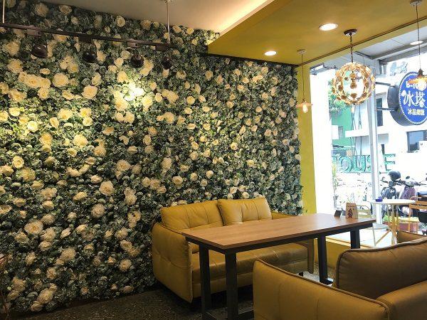 B-TOD冰塔文化店 入口にはインスタ映えするお花の壁。