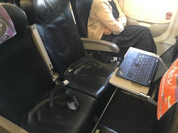 タイガーエアの非常口座席 パソコンを広げても余裕です