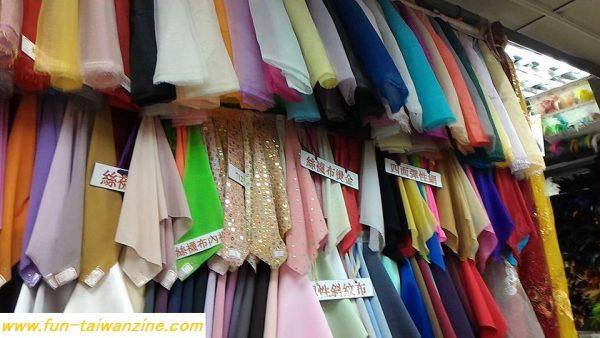 ダンスの発表会の衣装に使えそうな、スパンコールがついた布や、チュールなどもあります。 また、リボンや羽根飾りなどもあります。
