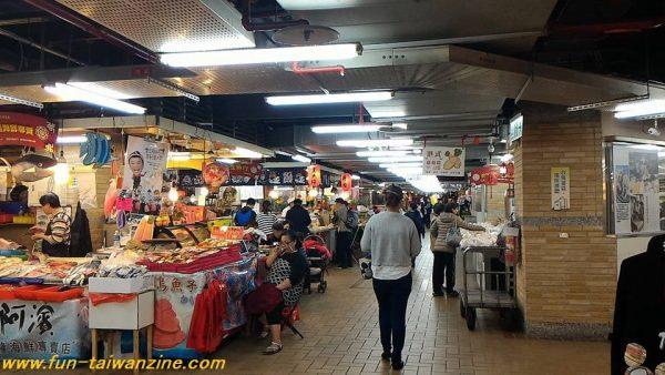 永楽市場 一階は飲食屋台街。
