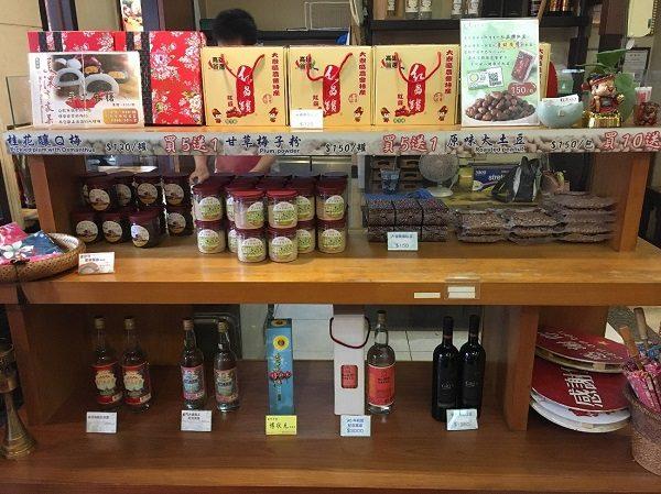 「美濃客家菜」(大中店) お店の入り口付近にあるお土産品コーナー