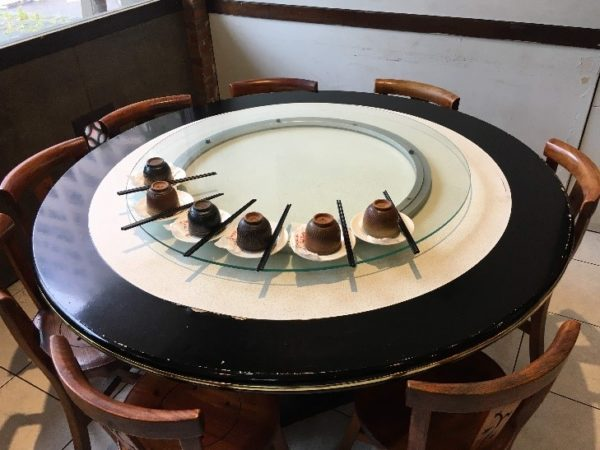 「美濃客家菜」(大中店) このシンプルで清潔なテーブルセットを見ただけでも期待できますね~!