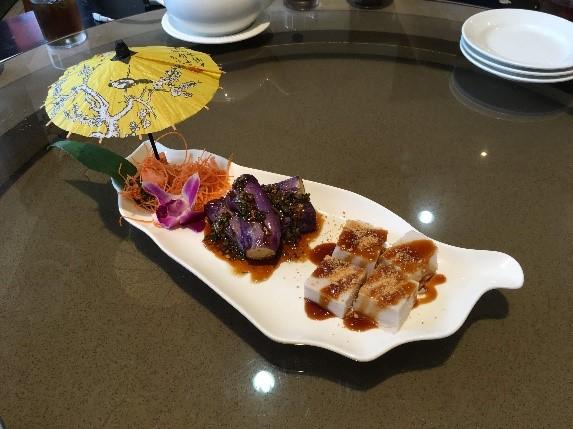 「美濃客家菜」(大中店) 器が台湾の形をしております。傘が刺さっているのも可愛い。