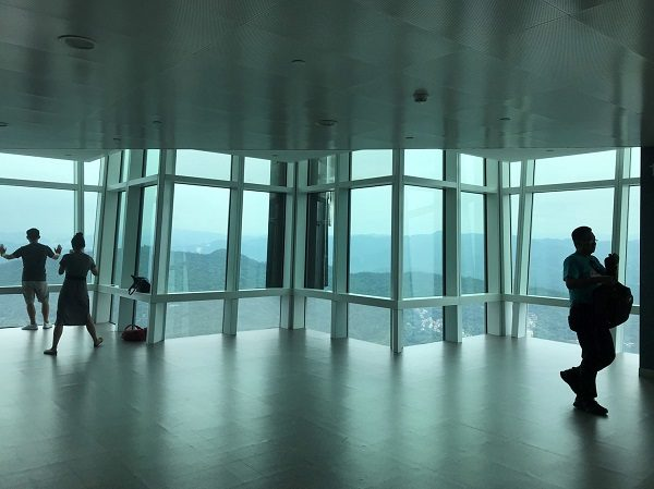 台北101 展望台 人がいない時を狙ってシャッターを。