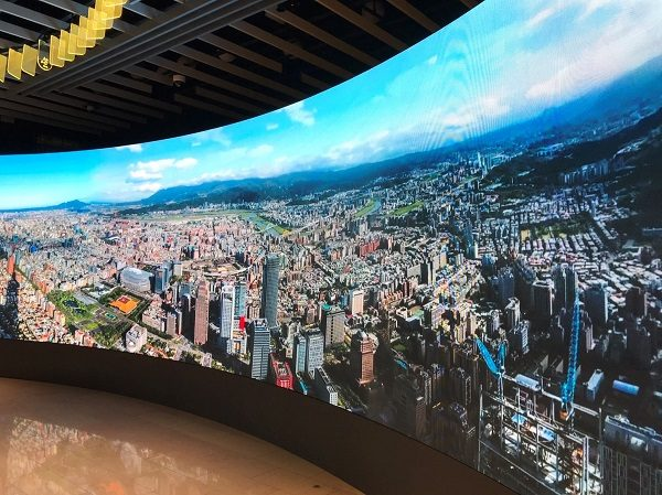 台北101 レゴ展 大型スクリーン