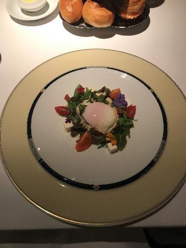 リビエラホテル 地中海牛排館 温泉卵とトリュフのサラダ