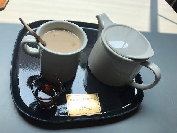 Paper & Tea 柏林選茶 無花果香 雪茄煙燻奶茶240元。とても香り高いミルクティー。
