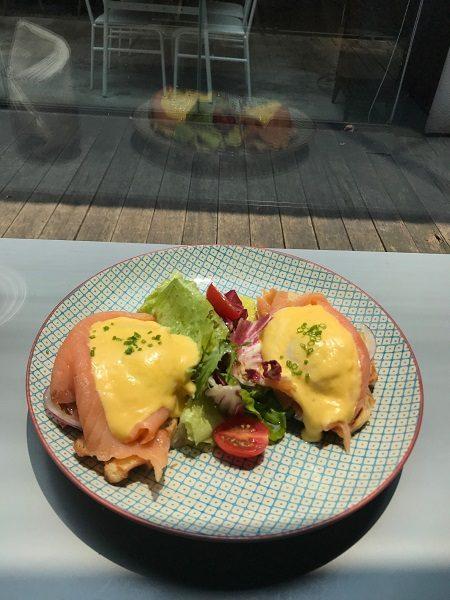 Paper & Tea 柏林選茶 班尼迪克蛋 煄鮭魚 300元。フランスパンにサーモンと半熟卵。間違いない組み合わせ。
