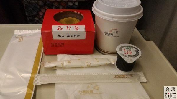 台湾新幹線高鐵 コーヒーを頼んだ時には、ミルク・砂糖もくれます。