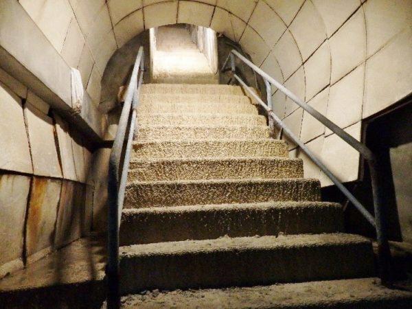 高雄軍事遺址(鼓山洞防空壕) 鍾乳石で覆われた階段