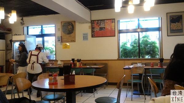 好公道金雞園 お茶はセルフ。ティッシュも壁に掛かっているものをセルフで取りましょう。