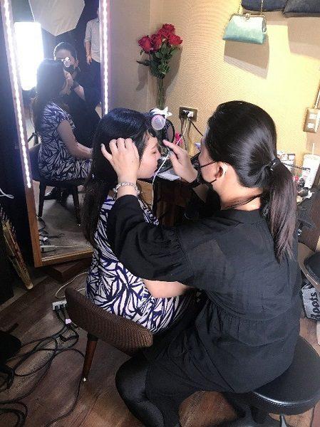 家族写真もOK お店を訪れた当日、アルバム撮影コースで撮影されている台湾のご家族がいらっしゃったので、許可を頂き、撮影の様子を撮らせて頂きました。 奥様には、プロによるヘアメイクが。