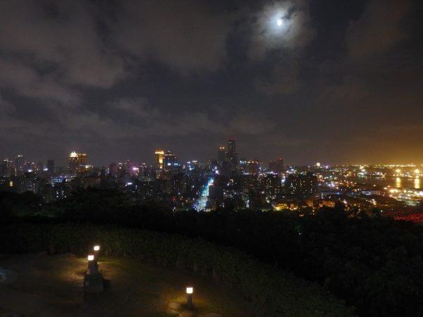 寿山展望台(壽山情人觀景臺) 展望台の頂上に出ると、イルミネーションで途端に明るく照らされたロマンチックな光景が顔を出すので、驚かされます。