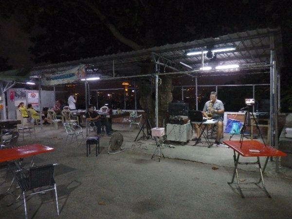 寿山展望台(壽山情人觀景臺) 車を降りると、たくさんのカップルだけでなく、屋台や、サックスの演奏をするおじさままでいて、けっこう賑わっています。