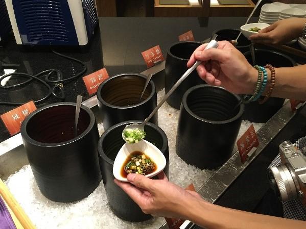 シティスイーツ 高雄真愛館 タレは自分で調合します。私のオススメは「沙茶」というタレに醤油とネギを入れたタレです。
