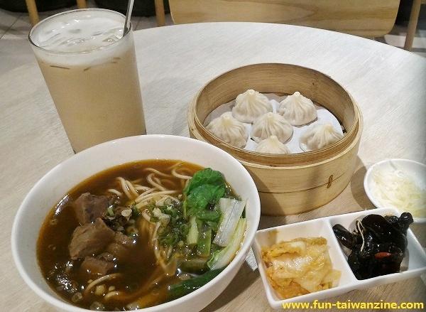 台北の金品茶語なら、小籠包+牛肉麺+タピオカミルクティーを一度に味わえる