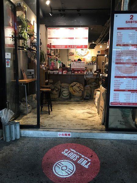TWO SHOTS COFFEE 東門店 店内入口