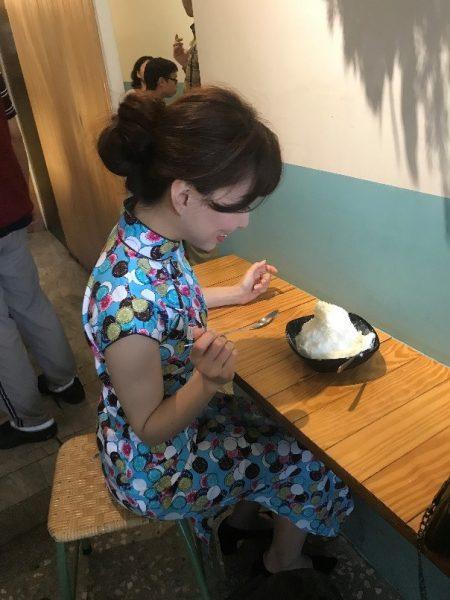 食事したり・・・ 散策中、食事などで衣装のチャイナドレスが汚れてしまった場合は、200元のクリーニング代がかかります。