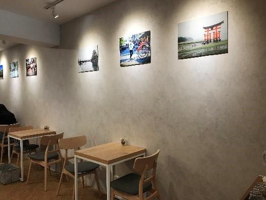 CAFE FUGU Roasters 壁には日本の風景の写真が