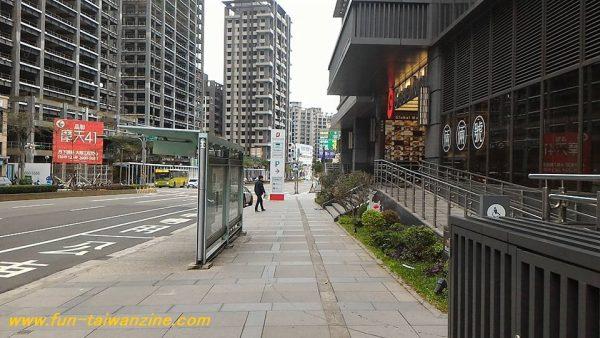 最寄駅の林口駅2番出口から まず、林口駅の2番出口を出て、右折します。 この、バス停とGlobal Mallの入り口がある道を、直進します。