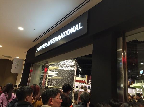 PORTERのお店もある・・・と思ってよく見たら「PORTER INTERNATIONAL」。 このブランドは日本の吉田カバン(PORTER)と台湾の会社とが協力しているブランドなのですが、昔商標権等でいろいろあったそうで・・・。 PORTER INTERNATIONALでの商品の価格はトートバックが8000円くらいでした。 日本とはデザインが違うので、のぞいてみるとおもしろいかもしれませんね。