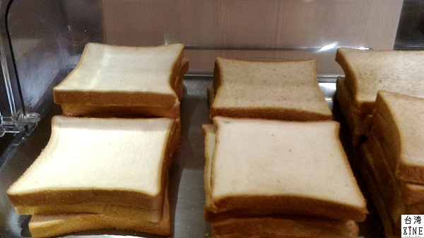 YOMI HOTEL(優美飯店)優美ホテル 食パンの他、クロワッサンとフランスパンもありました