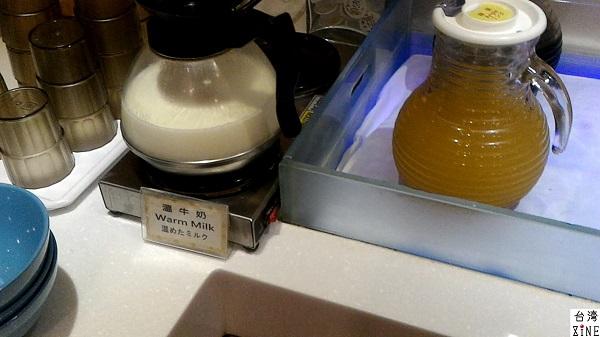 YOMI HOTEL(優美飯店)優美ホテル ホットミルク、リンゴジュース、クランベリージュースなど。コーヒーもありました。
