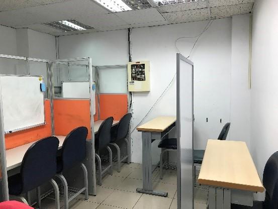 教室はテーブルと仕切りを動かせるようになっており、マンツーマンレッスン、グループレッスンどちらにも対応できます。