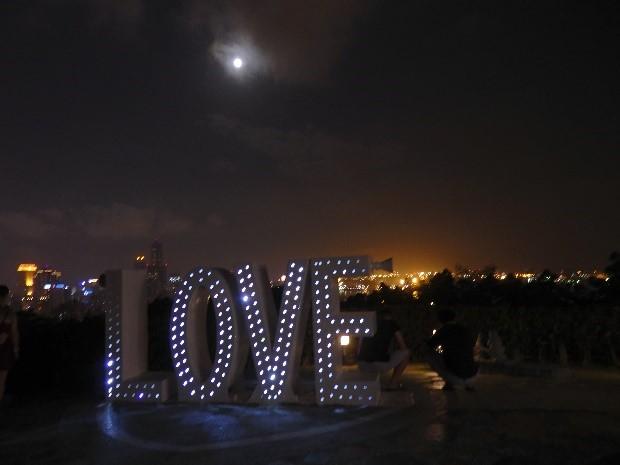 高雄で夜景観賞なら寿山公園の展望台。恋人たちが集まる聖地!